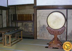 Skromný drevený interiér hlavnej budovy kláštora Rjóandži.