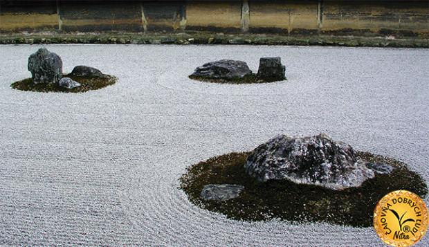 Suchá kamenná záhrada má obdĺžnikový pôdorys s rozmermi 30 m x 10 m a kamene v nej sú uložené v 5 skupinkách po 5, 2, 3, 2 a 3 kusy a sú obkolesené kúskami machu. Žiaden kameň nie je osamelý.