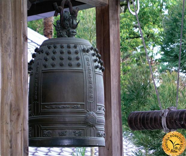 Prastarý zvon rozozvučal celé okolie, aby zdôraznil posvätnosť chvíle.